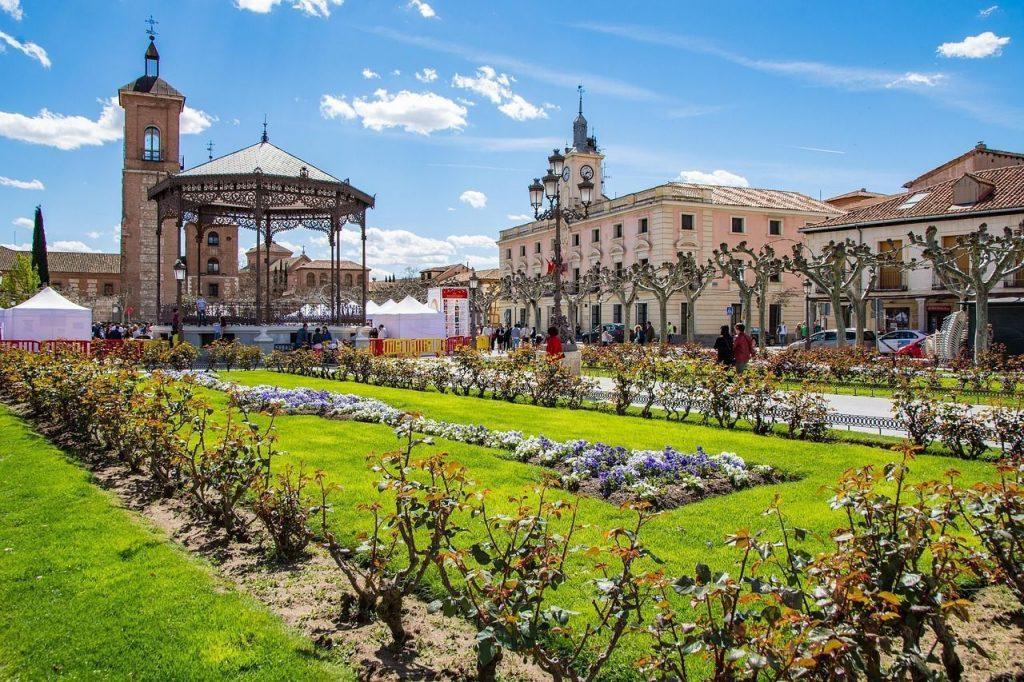 Pareja fecha paseo en Alcalá de Henares