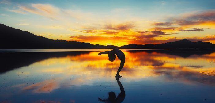 El yoga en pareja potencia los beneficios del yoga y permite practicarlo en casa al menos 10 minutos al día