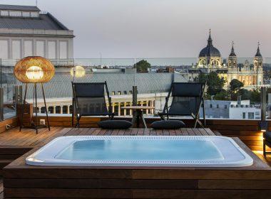 Entre los hoteles del centro de Madrid destaca el Hotel Gran Meliá Palacio de los Duques por su piscina con vistas al Palacio Real