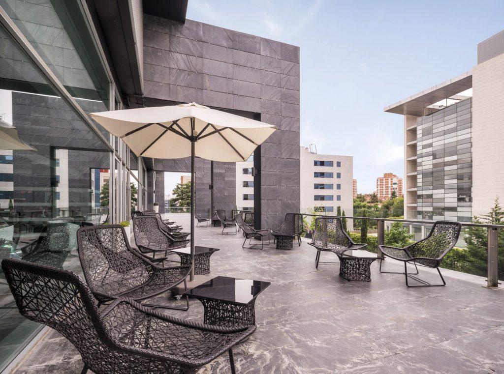 Ilunion Atrium es uno de los hoteles de Madrid con piscina y además es un hotel 100% accesible