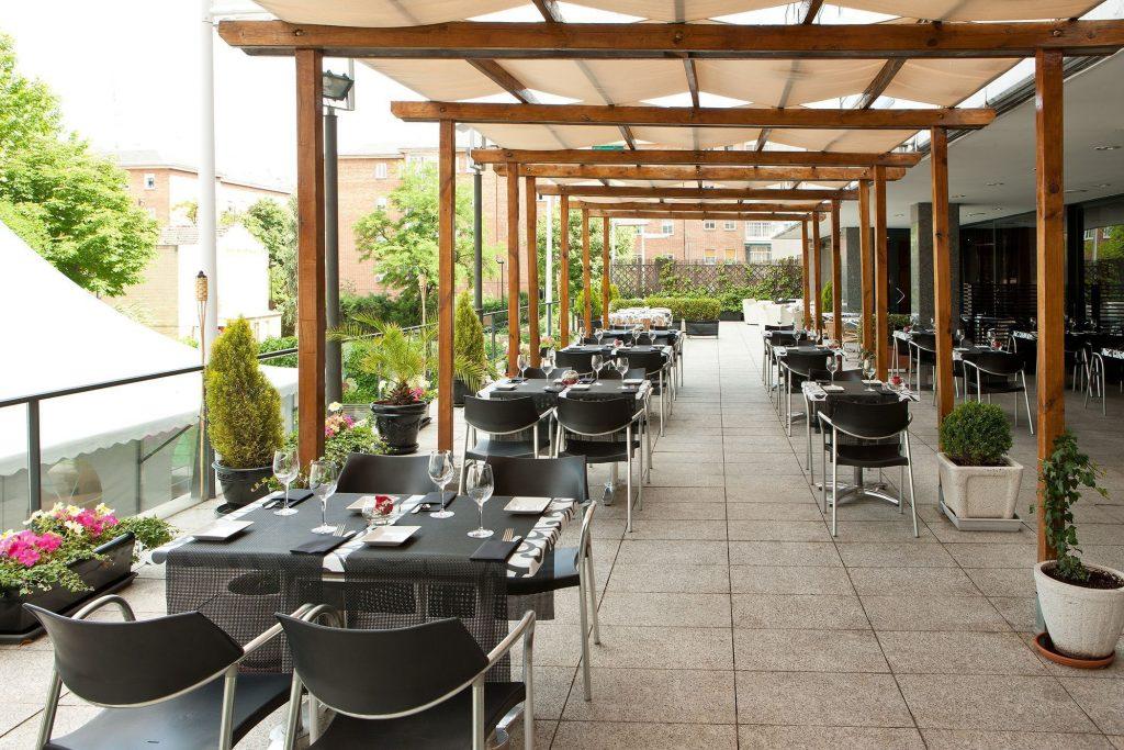 Entre los hoteles NH de Madrid destaca el hotel NH Ventas por su piscina y su terraza