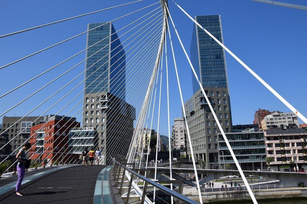 Si pasas un fin de semana romántico en Bilbao, no te olvides de fotografiar el puente de Zubizuri.