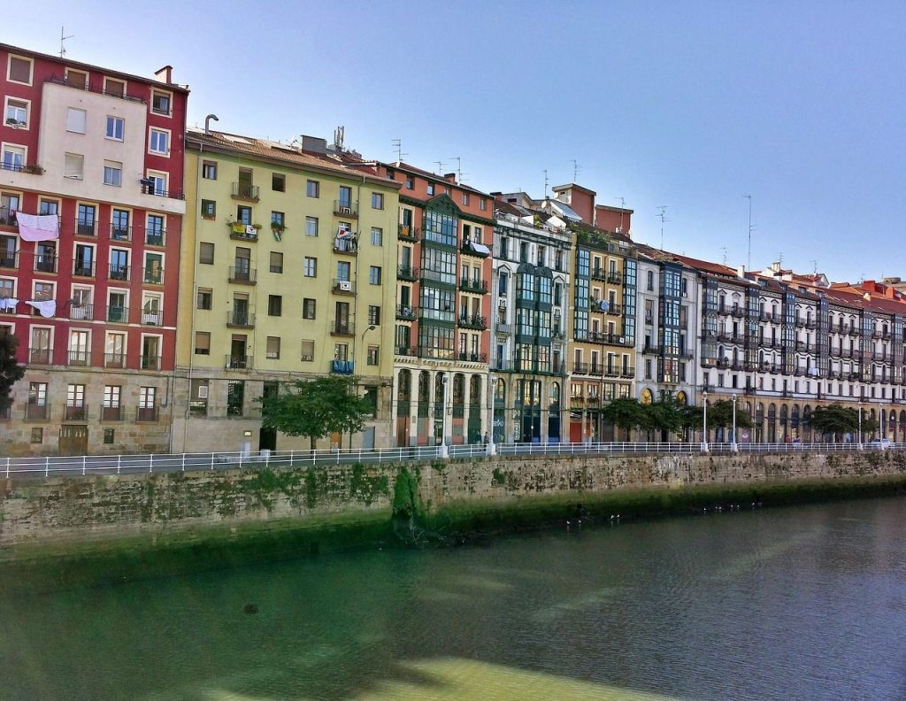 Entre los planes románticos en Bilbao, un paseo por la Ría es un acierto seguro