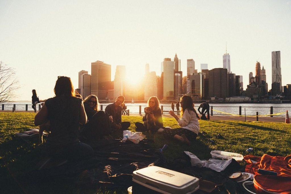 Qué llevar a un picnic romántico: una buena cesta de picnic