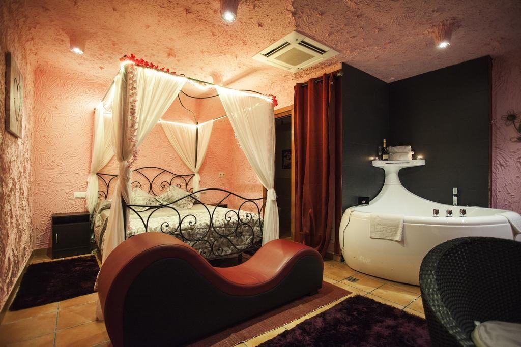 Habitación del Luxury Suites con sillón tántrico