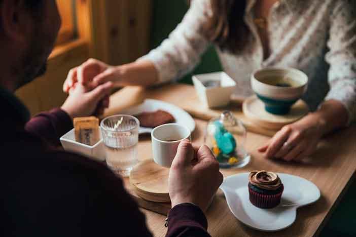 Desayuno romántico, una de las cosas que hacer en pareja en Madrid