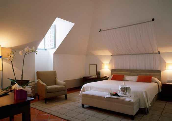 Habitación del Parador de La Granja, uno de los mejores Paradores románticos cerca de Madrid para un fin de semana en pareja