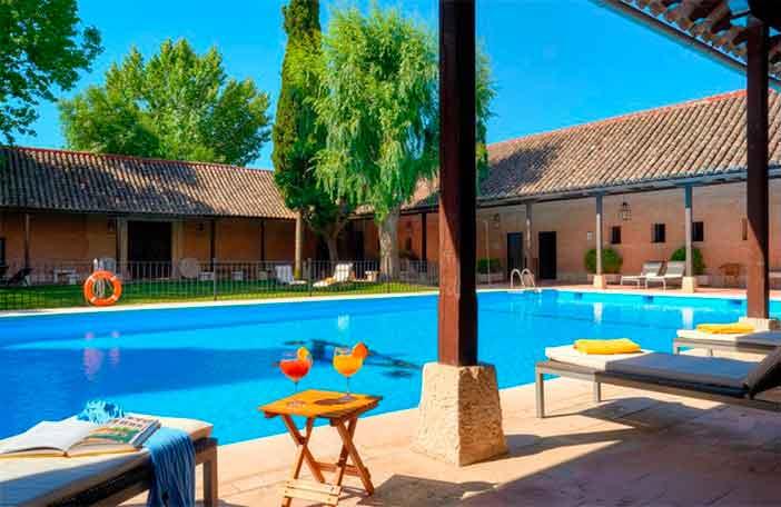 Las mejores piscinas de Paradores para que puedas darte un chapuzón en la Historia este verano